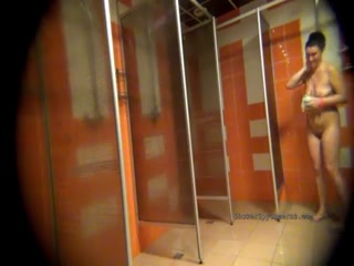 Порно видео со зрелыми женщинами и мужчинами дома на полу ванной комнате с пеной
