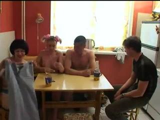 Групповое порно с двумя девушками и парнем дома у одной из них