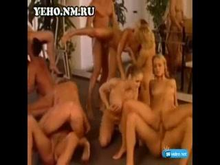 Зрелых женщин трахают молодые парни и кончают им в рот, а потом заливают спермой