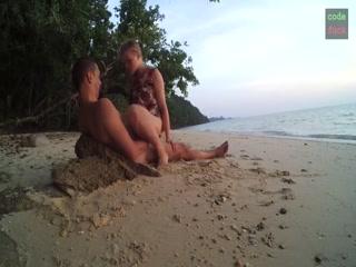 Мужик трахает жену после пляжа и кончает ей прямо во влагалище