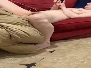 Голая мама спит в своей комнате после тяжелого рабочего дня! Смотреть порно с ней очень приятно
