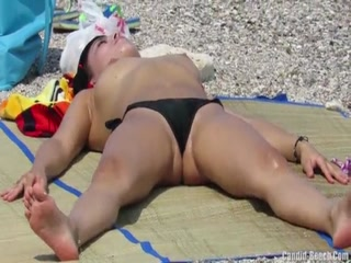 Девушка в трусиках на солнце показывает пизду и мастурбирует