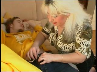 Зрелая мамаша трахается с молодым сыном, который проснулся от ее приставаний