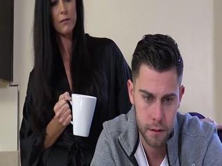 Мама учит молодого парня сексу, отсасывая
