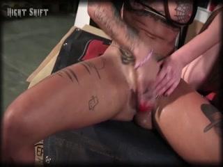 Секс-видео со зрелой блондинкой и ее молодой подругой брюнет