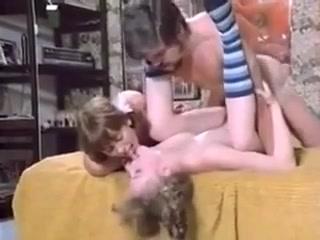 Две молодые лесби трахаются с мужчиной на диване в киску друг друга раком