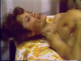 Порно видео мама, дочь - секс с игрушками на диване